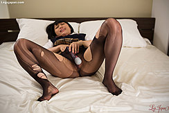 Saionji Reo Lying On Bed In Student Uniform Plaid Skirt Raised Masturbating With Magic Wand In Torn Pantyhose